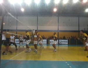 Equipes entraram em quadra no ginásio do bairro 249 (Foto: Vinicius Assis/TV Rio Sul)