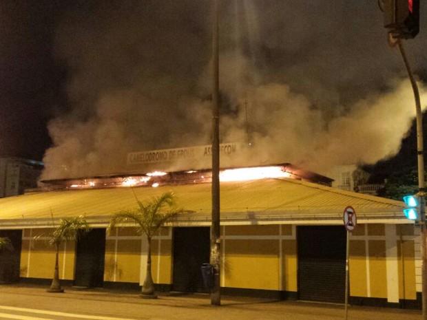 Camelódromo de Florianópolis foi atingido por incêndio nesta sexta (Foto: Corpo de Bombeiros/Divulgação)