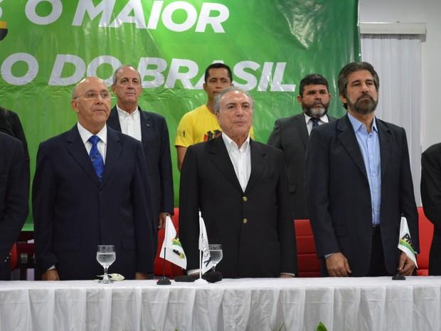Temer durante reunião no partido junto do governador Confúcio Moura (à esquerda) (Foto: Mary Porfiro/ G1)