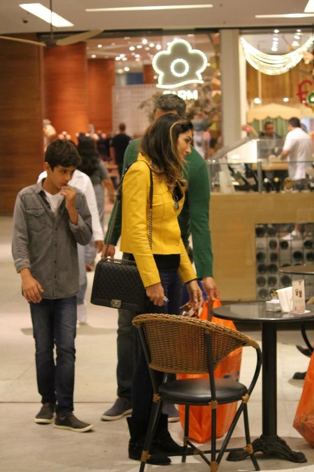 Marcio Garcia passeia com a família no shopping (Foto: Agnews)