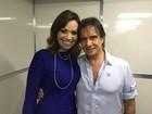 Solange Almeida tira fotos com Roberto Carlos em camarim de show