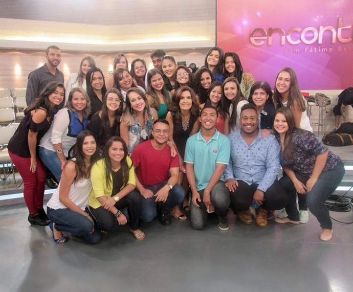 Plateia convidada do 'Encontro' posa com a Fátima  (Foto: Priscilla Massena/Gshow)