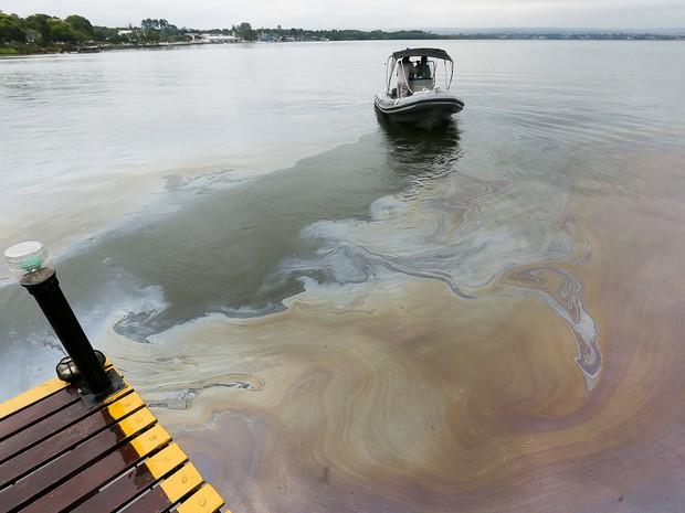 Mancha de óleo no Lago Paranoá nesta quinta-feira (17) (Foto: Sergio Lima/Folhapress)
