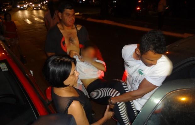 Menina desmaia durante convenção do PT em Goiânia, Goiás (Foto: Sílvio Túlio/G1)