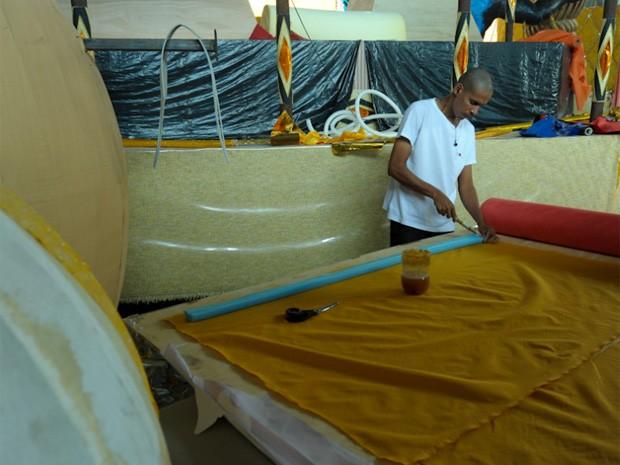 Integrante da escola trabalha no barracão da Gaviões da Fiel (Foto: Flávio Moraes/G1)