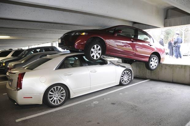 Em janeiro de 2012, um motorista se atrapalhou no momento de estacionar e acabou parando o carro em cima de outro veículo em Wellesley, no estado de Massachusetts (EUA) (Foto: Wellesley Police Department/AP)