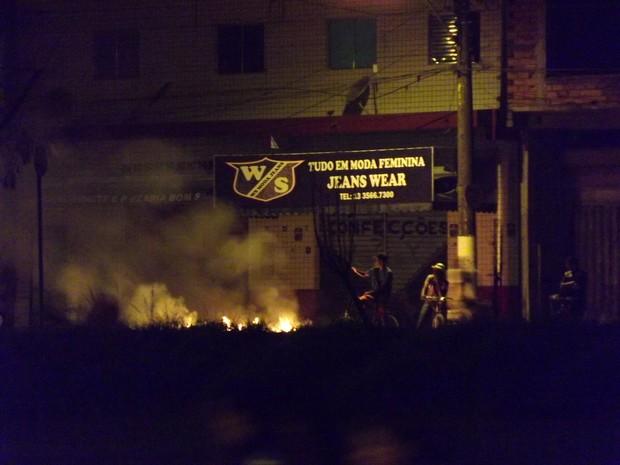 Manifestantes fazem barricadas em ruas de São Vicente, \SP (Foto: Ivair Vieira Jr/G1)