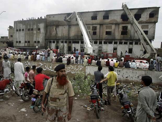 Prédio da fábrica têxtil ficou totalmente destruído. (Foto: Fareed Khan / AP Photo)