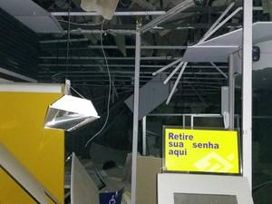 Agência ficou destruída após explosão (Foto: Jonas Rocha)