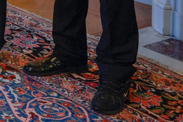 Detalhe mostra sapato social no pé direito e tênis no pé esquerdo de líder da Islândia (Foto: Claudio Bresciani/Reuters)
