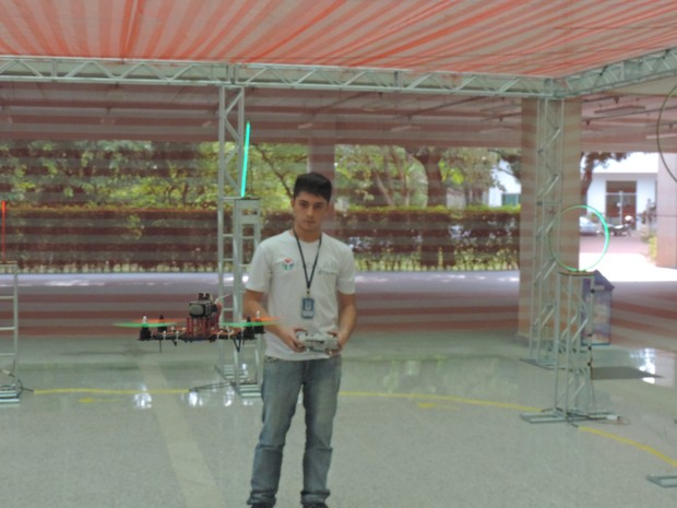 Lucas é aluno e incentivou competição após restaurar um modelo quebrado (Foto: Carlos Dias/G1)