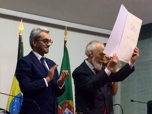 Alberto da Costa e Silva recebeu o Prêmio Camões 2014 na Biblioteca Nacional (Foto: Kathia Mello/G1)