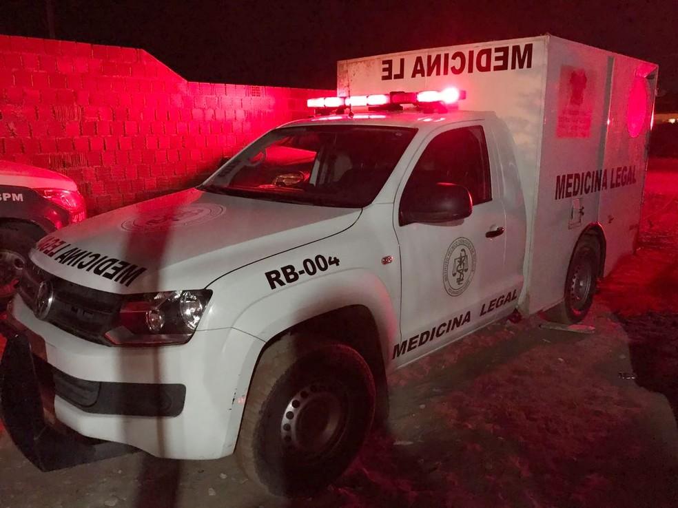Carro do Instituto Técnico-Científico de Perícia foi ao local do linchamento para recolher o corpo (Foto: Kleber Teixeira/Inter TV Cabugi)