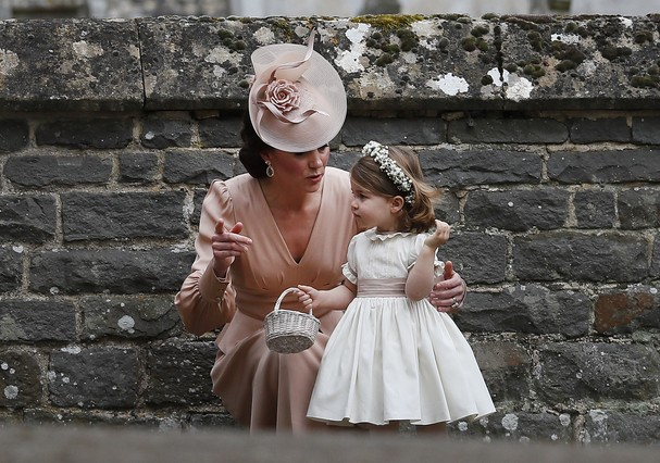 ENGLEFIELD, ENGLAND - MAY 20:  Catherine, Duchess of Cambridge speaks to Princess Charlotte after the wedding of Pippa Middleton and James Matthews at St Mark's Church on May 20, 2017 in in Englefield, England. Middleton, the sister of Catherine, Duchess  (Foto: Getty Images)