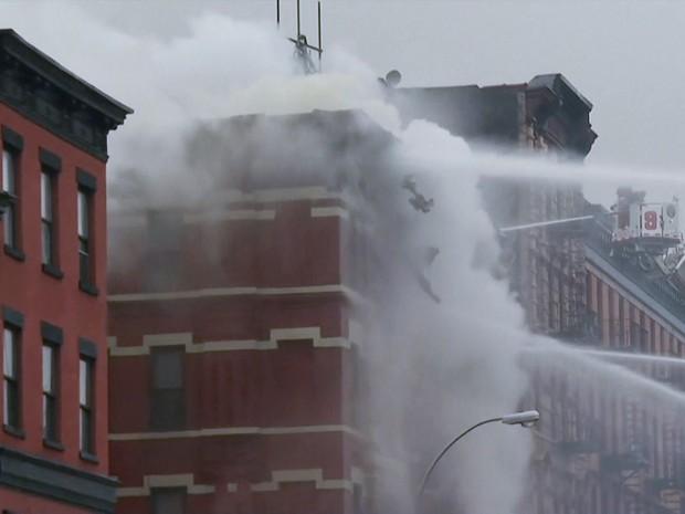 Bombeiros trabalham para combater incêndio em prédio no East Village, no distrito de Manhattan, em Nova York (Foto: Reprodução/Globonews)