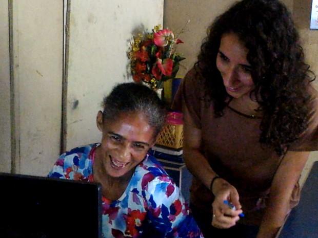 Estudantes da UFG ensinam catadores a usar computadores e a internet em Goiânia Goiás (Foto: Vanessa Martins/G1)