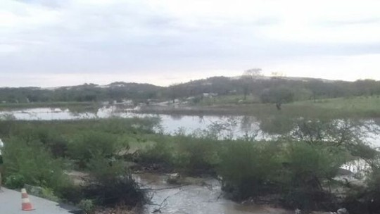 Cratera em rodovia estadual 'engole' caminhão no Seridó do RN; veja vídeo