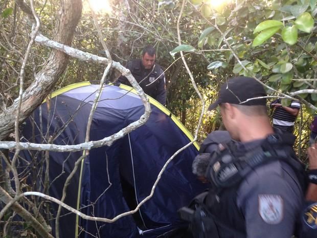 Barraca foi encontrada no meio de mata de morro em São Pedro da Aldeia, no RJ (Foto: Heitor Moreira/G1)
