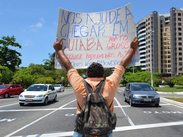 Cartaz explica aos condutores o motivo de eles estarem pedindo dinheiro (Foto: Marina Fontenele/G1)