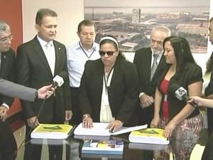 Daniela Ribeiro fez a leitura da constituição amapaense em braille (Foto: Reprodução/TV Amapá)