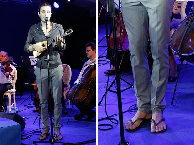 De chinelos, Tiago Iorc faz show em festa de lançamento de Sete Vidas (Foto: Isabella Pinheiro/Gshow)