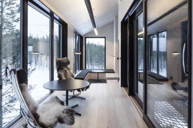 O terraço ganhou um par de cadeiras Scandia, as peças são assinadas pelo norueguês Hans Brattrud  (Foto: Reprodução/Johan Jansson)