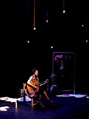A atriz Maíra Oliveira durante espetáculo Quando o coração transborda (Foto: Ico Oliveira/Divulgação)