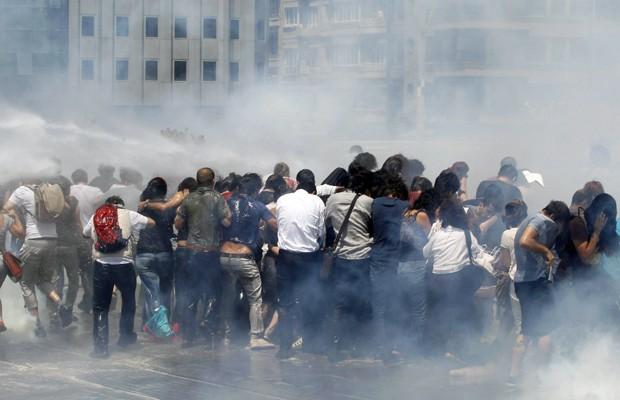 Polícia joga canhões de água contra multidão para dispersar protestos. (Foto: Murad Sezer/Reuters)