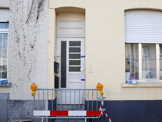 Porta da frente de imóvel em Bruxelas em que um homem foi morto pela polícia belga em uma operação em busca de terroristas (Foto: Francois Lenoir/ Reuters)
