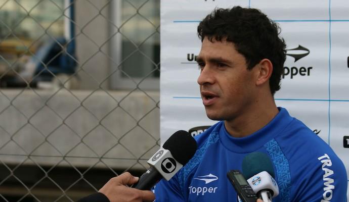 Giuliano concede entrevista após treino do Grêmio (Foto: Diego Guichard)