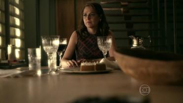 Carolina toma atitude extrema e Angel se desespera