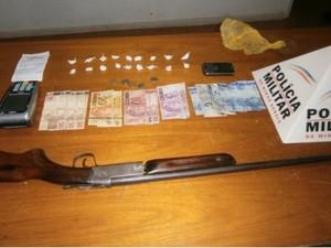 Arma foi localizada na casa do suspeito (Foto: Polícia Militar/Divulgação)