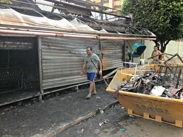 Antônio Faustino fez a limpeza da banca de revista após o incêndio (Foto: Ivanete Damasceno/G1)