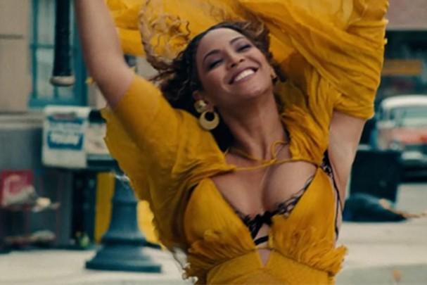 """Beyoncé no clipe de """"Hold Up"""" (Foto: Reprodução)"""