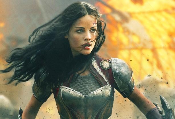 Jaimie Alexander teve de ficar um mês afastada das gravações de 'Thor: O Mundo Sombrio' (2013) após rolar escada abaixo em plena chuva, durante as filmagens. Ela feriu os músculos das costas e deslocou um ombro no incidente. (Foto: Divulgação)