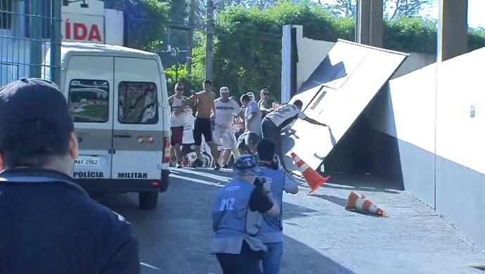 Torcedores do Figueirense arrombam portão (Foto: Reprodução SporTV)