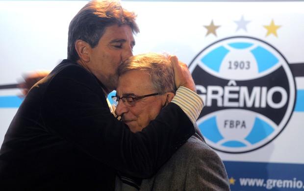 Renato Gaúcho beija Fabio Koff coletiva Grêmio (Foto: Edu Andrade/Agência Estado)