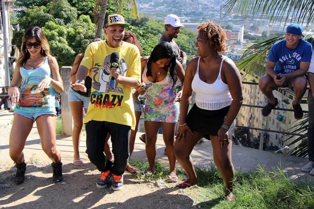 Sabrina Sato dança até o chão com MC Tarapi e pessoas da comunidade do Morro da Providência (Foto: Jessica Leone/R&B/Divulgação)