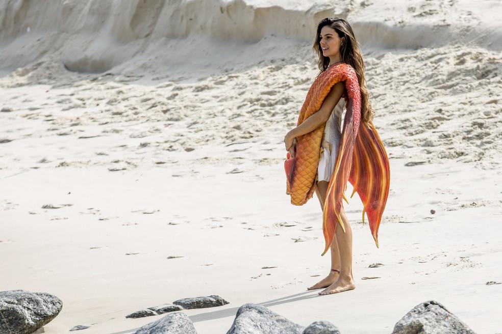 Como toda sereia, Rita precisa muito de um banho de mar e corre para a praia (Foto: Fábio Rocha/Gshow)