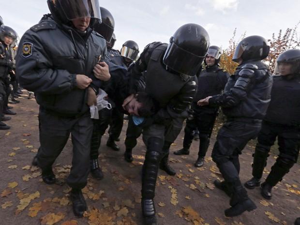 В Санкт-Петербурге казаки, священники, фанаты и десантники не дали активист