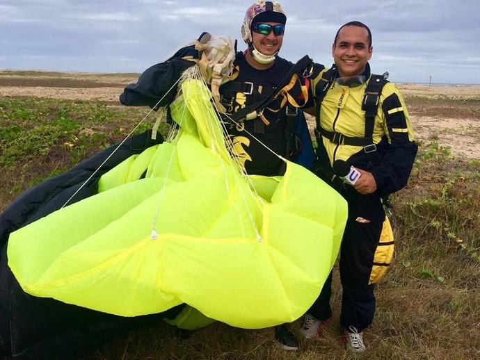 O apresentador topou o desafio e encarou a avetura ao lado do paraquedista  (Foto: TV Sergipe)