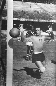 Castilho, com o dedo amputado, em jogo do Flu contra o São Cristóvão em 1957 (Foto: Reprodução site oficial do Fluminense )
