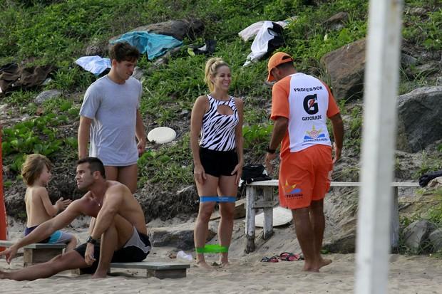 Danielle Winits faz exerciíios com seu namorado na praia da Barra da Tijuca, RJ (Foto: Dilson Silva / Agnews)