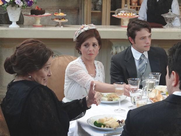 Sandra e Teodoro ficam passados com tanta bobagem (Foto: Lado a Lado/TV Globo)