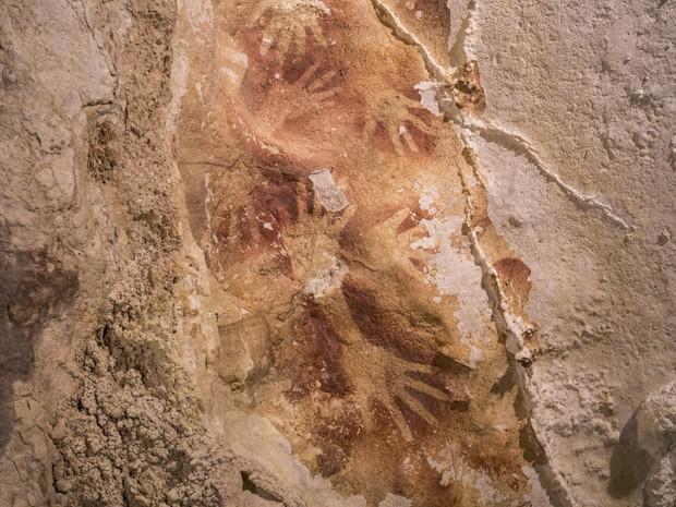 Pesquisa da 'Nature' descobriu desenho de mãos em caverna na Indonésia de quase 40 mil ano (Foto:  AP Photo/Kinez Riza, Nature Magazine)