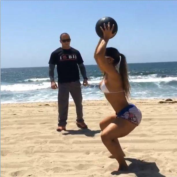 Mayra Cardi treina na praia (Foto: Reprodução_Instagram)