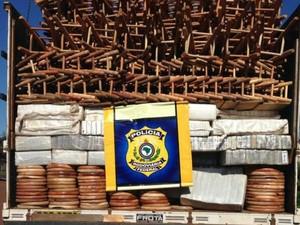 Veículo apreendido transportava 15,2 toneladas de maconha em Dourados (Foto: Divulgação/ PRF)