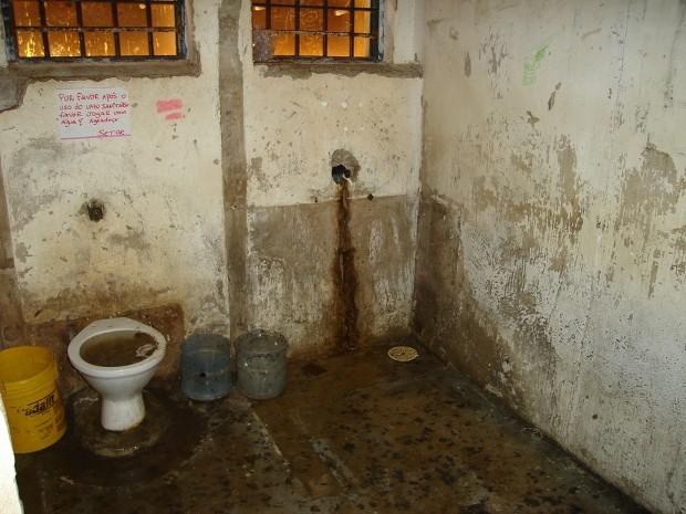 Banheiros estão sujos e sem condições de uso no CDP (Foto: Divulgação/Ministério Público)