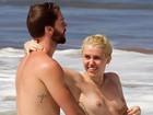 De topless, Miley Cyrus curte praia com Patrick Schwarzenegger