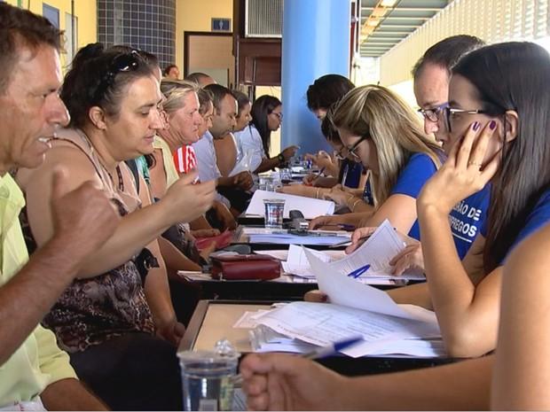 Candidatos são entrevistados por funcionários da usina (Foto: Reprodução/ TV TEM)
